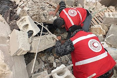 Emergency aid workers of the Kurdish Red Crescent